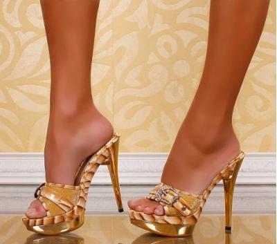 женские ножки в босоножках