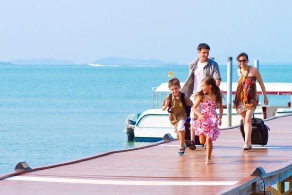 Семья приехала на море