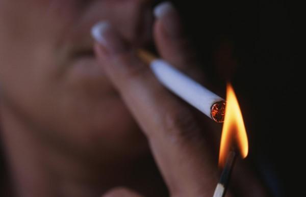 Женщина-курильщик