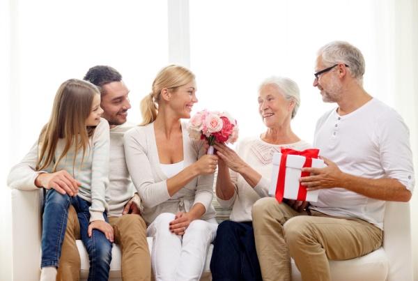 Бабушка получает подарки