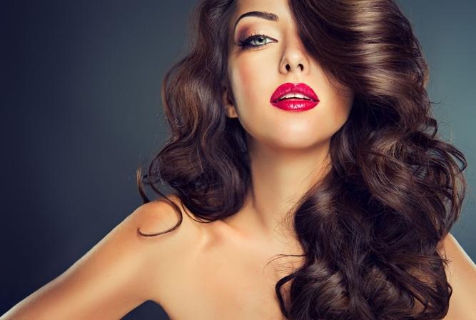 Нюансы макияжа с яркой губной помадой