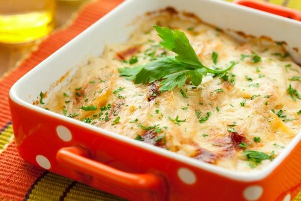Запеканка с курицей, сыром, овощами и зеленью