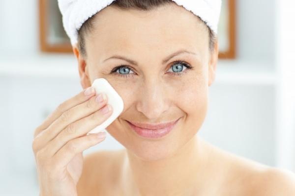 Протирать лицо перекисью водорода